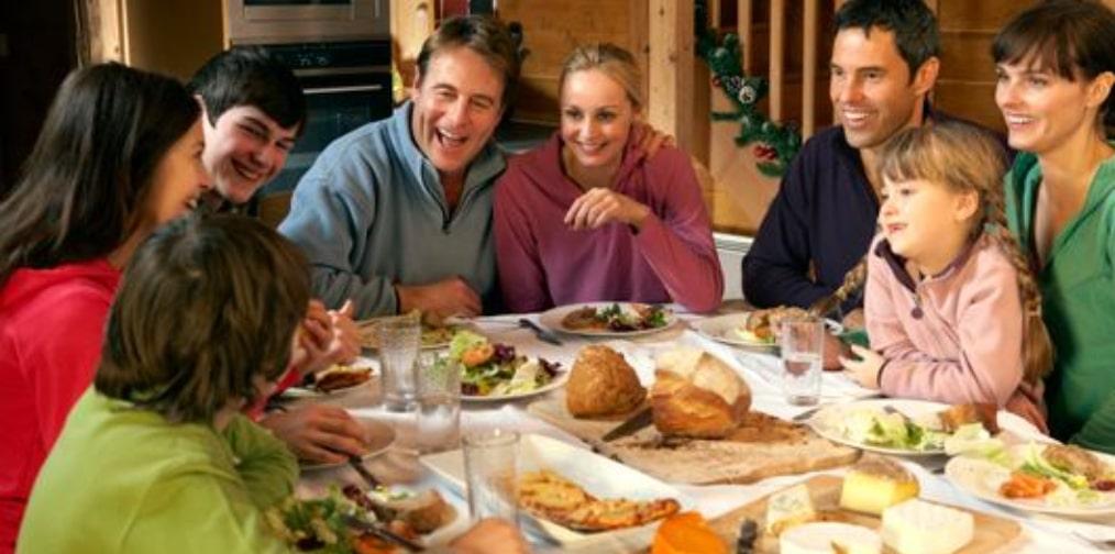 chalet avec famille a table dans chalet chamonix